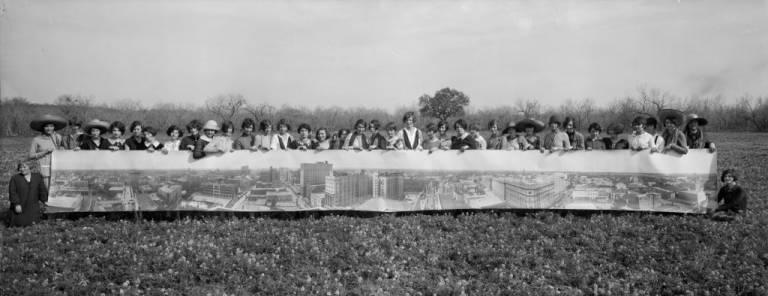 Image panoramique d'un groupe de jeune filles tenant une image panoramique de San Antonio